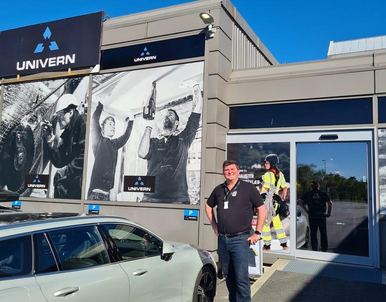 Butikksjef Svein ønsker velkommen inn i ny butikk